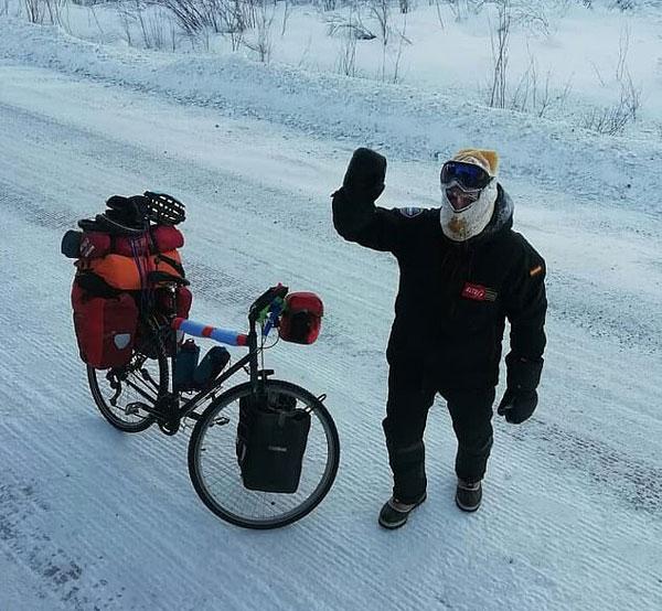 西班牙骑行者挑战西伯利亚酷寒 双手均被冻伤