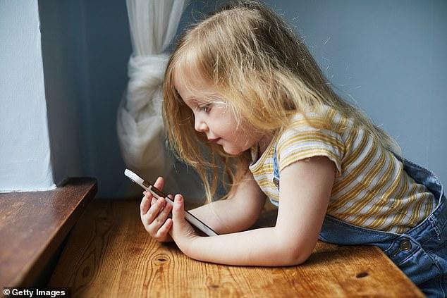 专家:过度使用手机影响儿童认知能力和睡眠质量