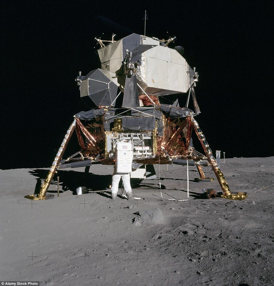 太空纪念品拍卖会天价频出 登月靴最高4.9万美元