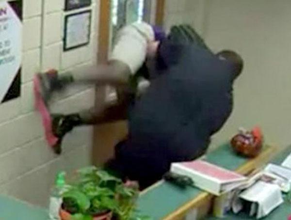 美警察在学校抱摔殴打14岁中学生被革职指控