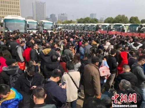 资料图:69辆大巴载着南京及周边城市3300多人分线路开赴64家楼盘。 朱晓颖 摄