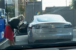 笑喷!美加油站一女子欲拿油枪给电动汽车加油