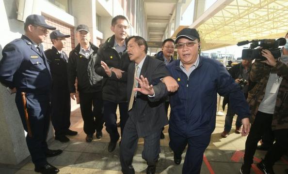 """""""双城论坛""""前夕""""独派""""想闹事,结果被警察架离"""