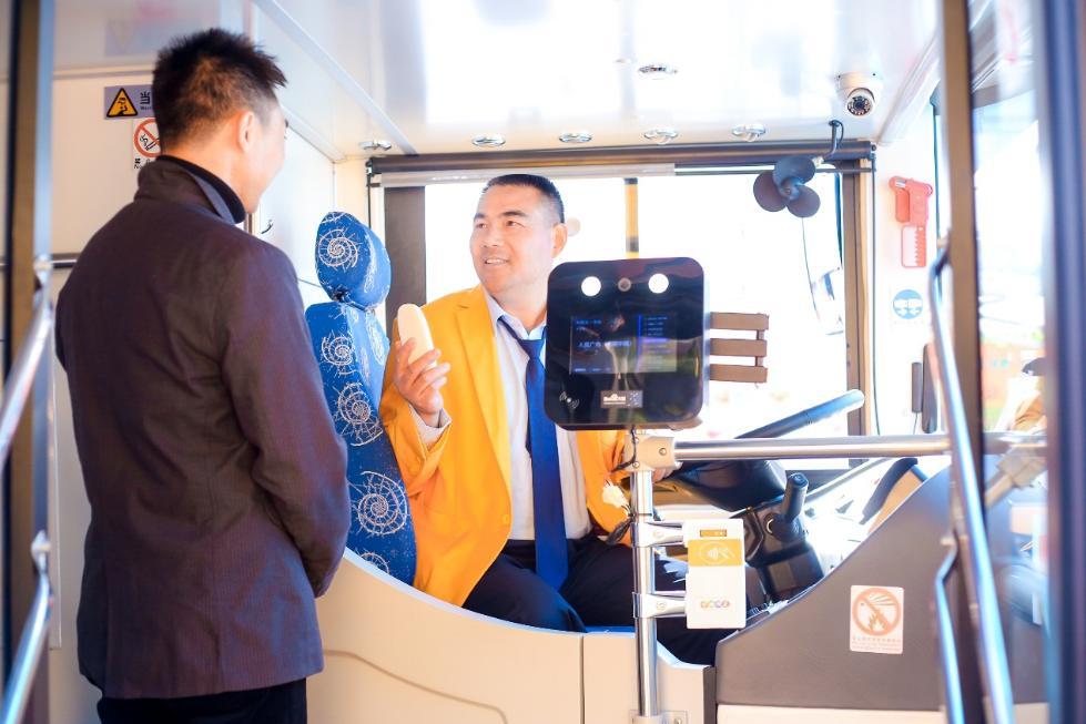 上海智慧城市更进一步 街上开来了AI双层观光车