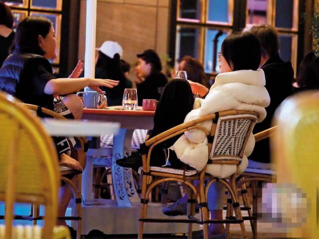 王菲与好友聚餐开心热聊 坐姿不拘小节豪迈随性