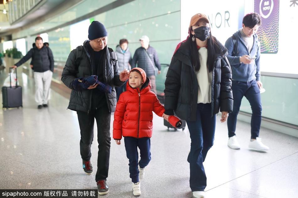 姚晨一家现身北京机场 儿子小土豆乖巧可爱