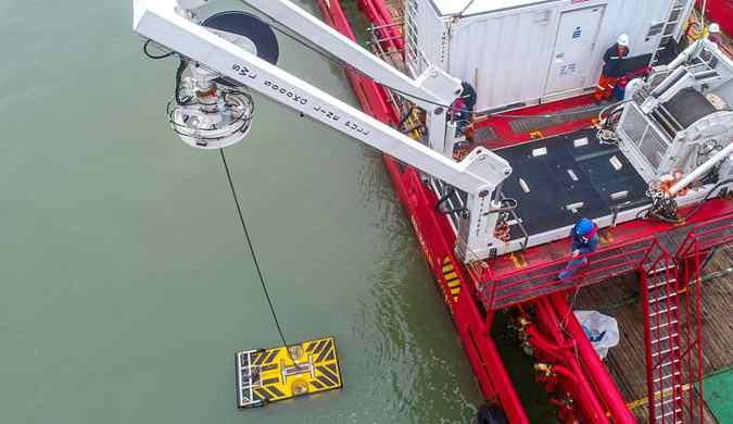 """南方电网首个作业级水下机器人下水 为海底电缆""""护驾"""""""