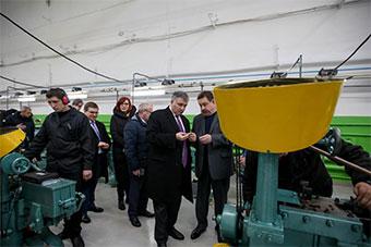 乌内政部长视察乌国内唯一弹药生产线