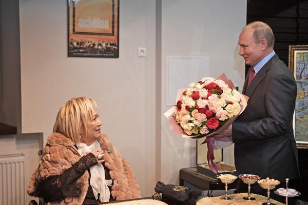 普京为俄罗斯电影导演庆祝生日 送鲜花尽显绅士风度