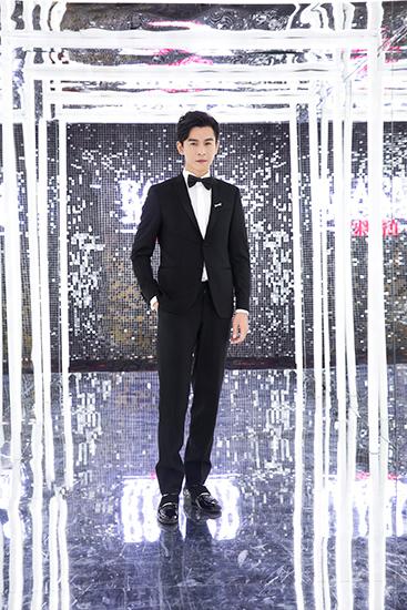 乔振宇出席夜宴   简练黑西装绅士有型格