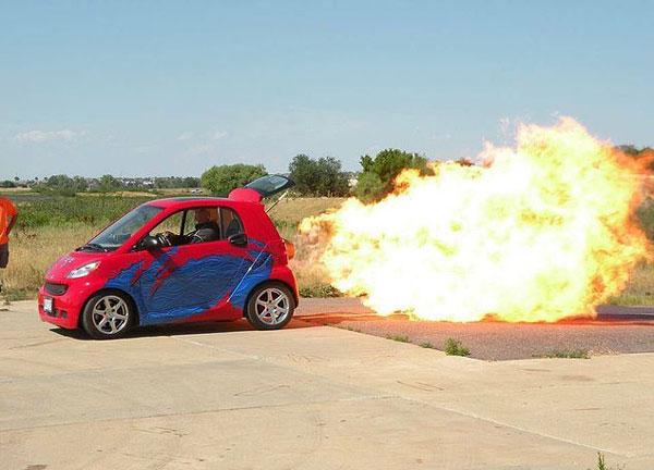 美发烧友为汽车加装喷气引擎 时速飙至354迈
