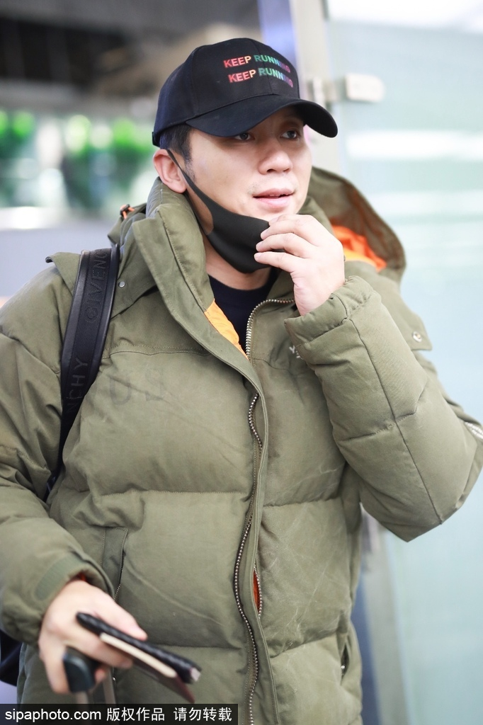 李晨独自现身机场 单手拖箱不忘与粉丝招手