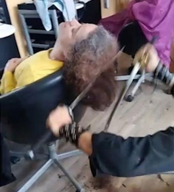 """西班牙一理发师用武?#24247;?#29702;发 """"铁爪""""上阵"""