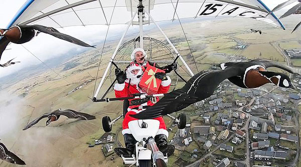 画面太美!两圣诞老人驾超轻型飞机与野鹅群并肩齐飞