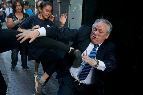 智利拟放宽罪犯自由 宪法法院院长遭抗议民众拳打脚踢