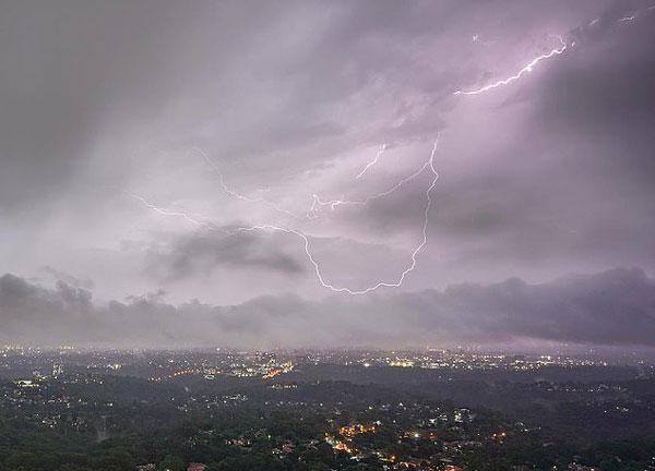 澳东海岸遭猛烈风暴袭击 1小时遇7000次雷击