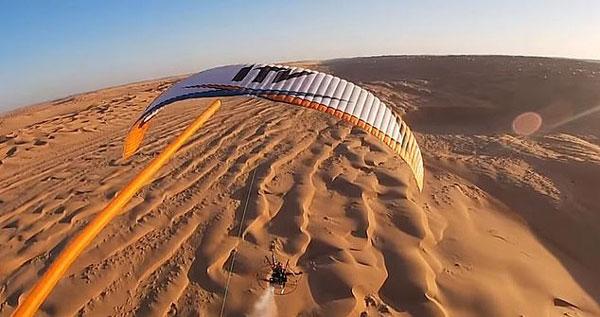 西班牙男子乘滑翔伞跨越阿曼沙漠 领略别样风光