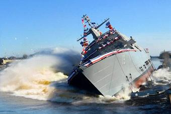 直接摔进冰海掀起巨浪:美军LCS战舰下水够壮观