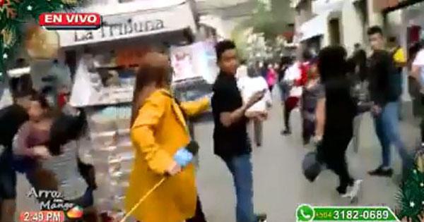 小偷趁女记者街头采访盗手机当即被抓获