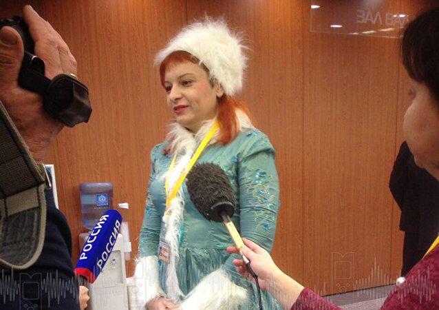 普京年度记者会:记者穿黄马甲、扮雪姑娘求关注花样百出