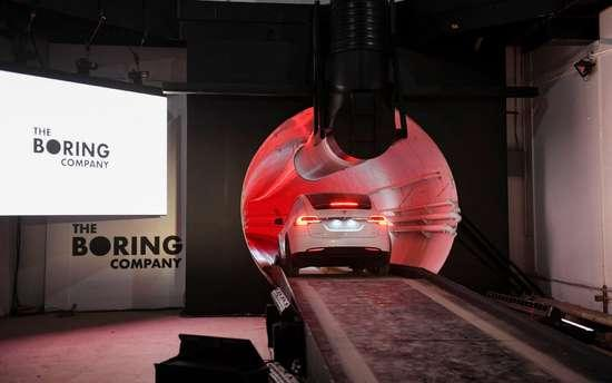 马斯克展示地下高速隧道:驾驶Model X穿梭