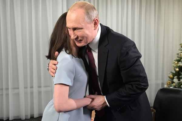 """""""暖心总统""""上线!普京帮17岁少女圆记者梦"""