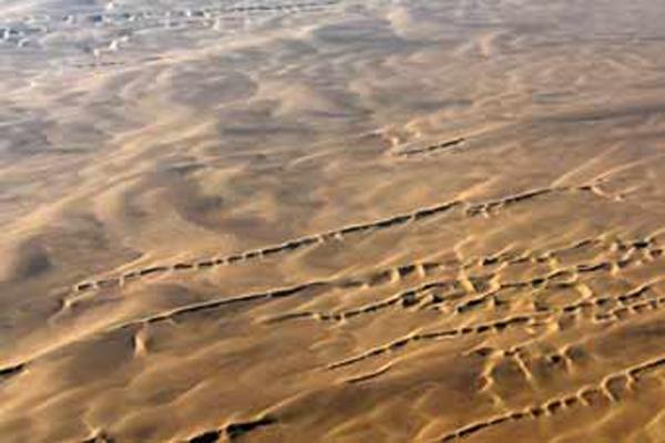 """空中看巴丹吉林沙漠 特色沙丘形成沙漠壮观""""脚印"""""""
