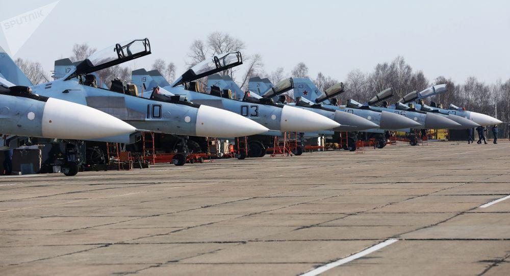 俄印两国飞行员在联合军演期间演练夜间射击