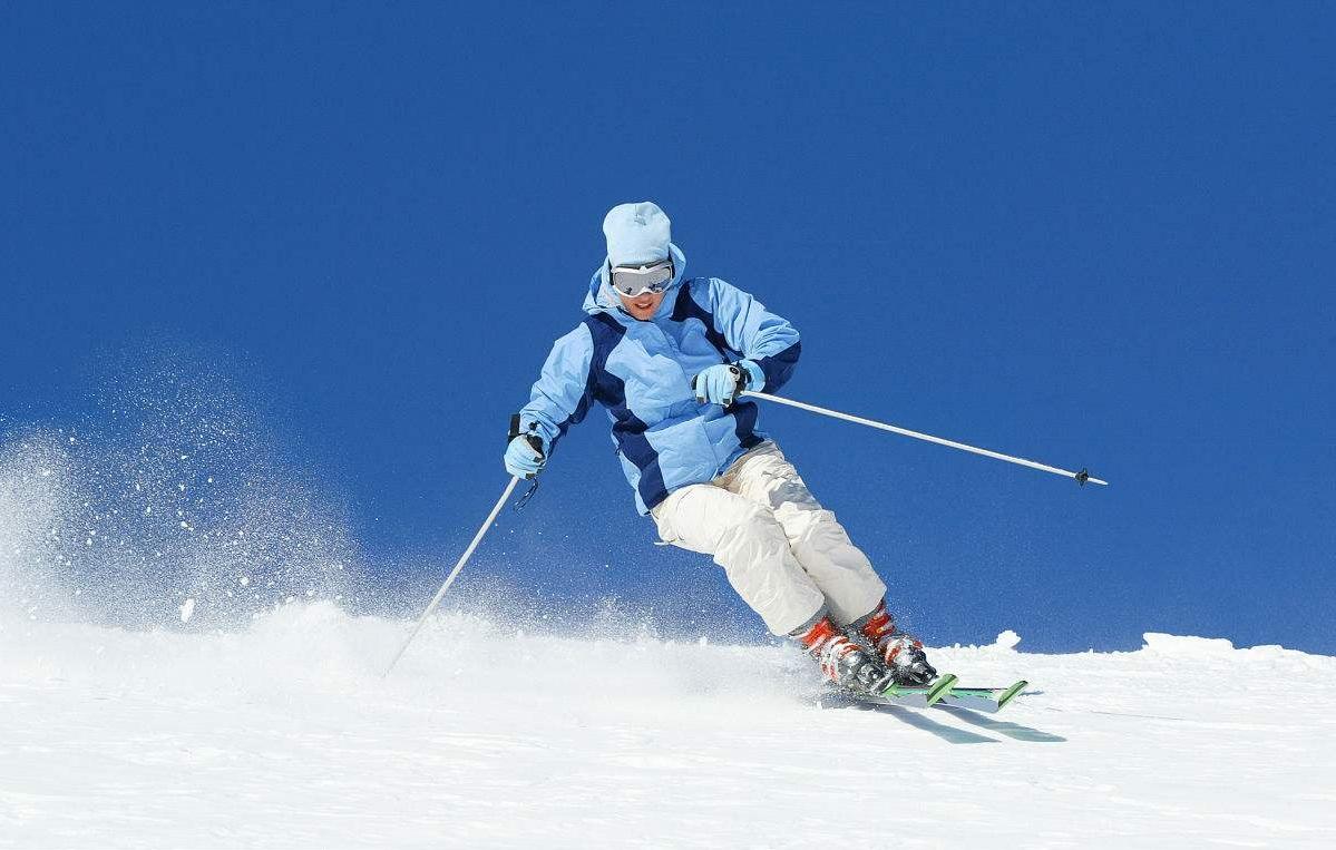 滑雪游客逐步增多 民航部门提示滑雪用具需托运携带
