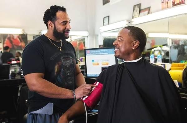 新奇降压方式:理发店帮人降血压