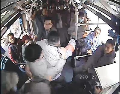 西安一公交司机脸被打出血 仍紧拽猥亵男不松手