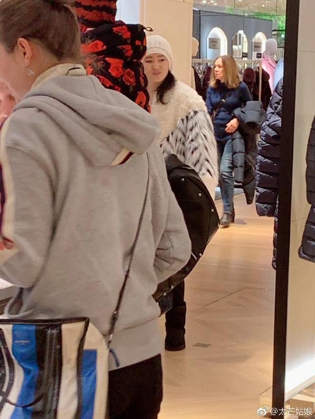 巩俐法国逛街被网友偶遇,网友:穿的居然很少女