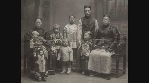 中国侨网美国西雅图华裔志工在历史文件中找到珍贵的资料。(美国《世界日报》/电视新闻截图)