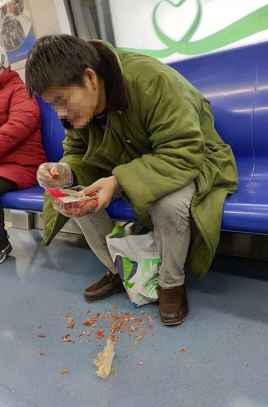 男子地铁吃小龙虾并乱扔被拘