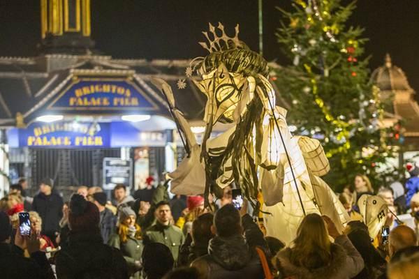 """英国布莱顿举行传统""""烧钟""""游行 迎接冬至到来"""