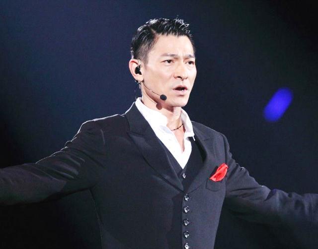 刘德华演唱会上突发事件,一神秘男子冲上舞台,刘德华反应很暖心