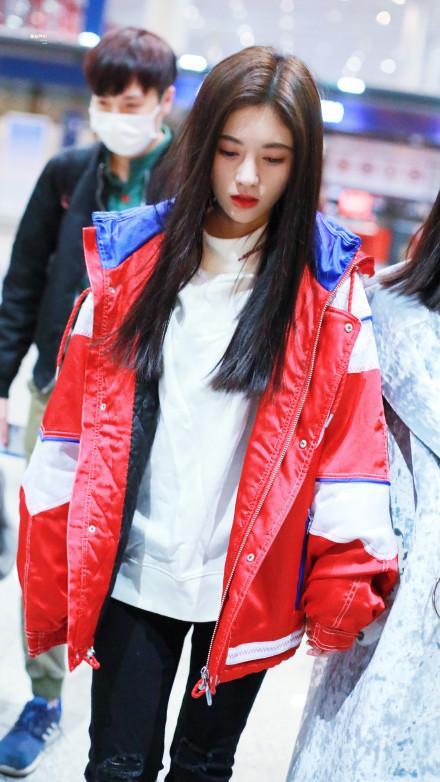 鞠婧祎私服真好看,红外套搭配小脚裤,是小仙女没错了!