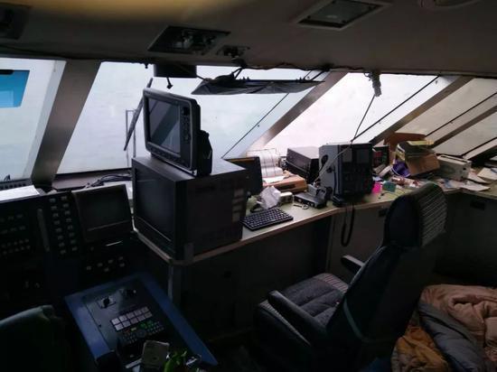 在交接游艇过程中,王卫平再次上艇,并第一时间将艇内部的照片发给了钱江晚报记者