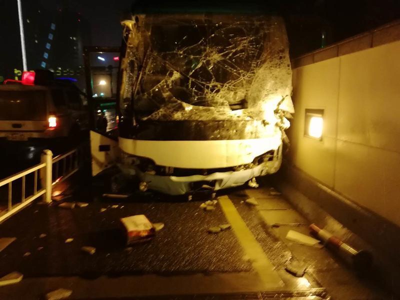 突发!杭州一辆大巴车撞上护栏,致1人受伤