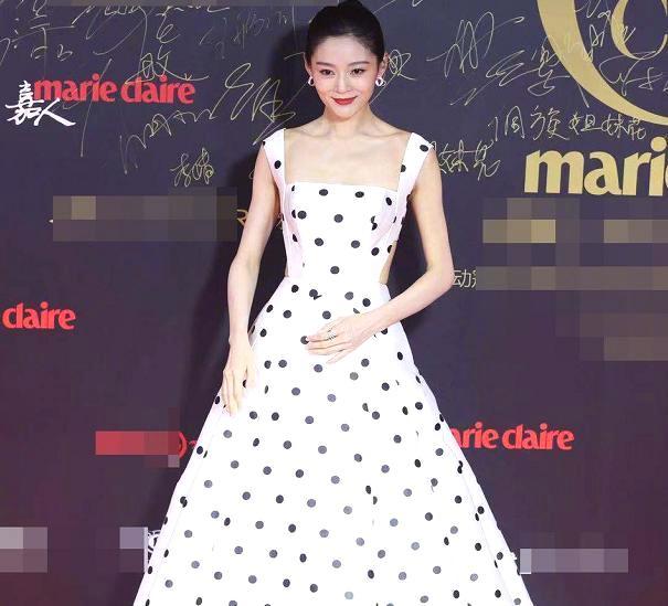 王媛可红毯礼服秀身材,背后成为亮点,结果没走几步崩开了?好险