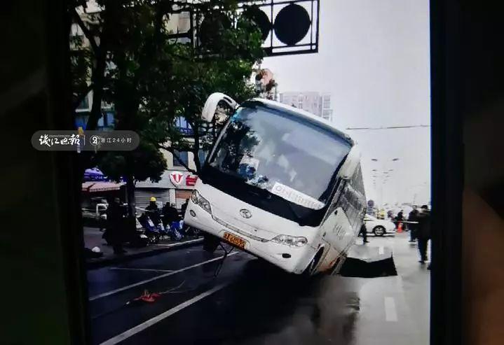 杭州一路面塌陷,中巴车突然陷了进去!塌陷面积约有轿车大小