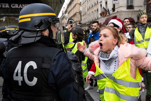 """法国爆发第六轮""""黄马甲""""运动 巴黎两千人继续示威"""