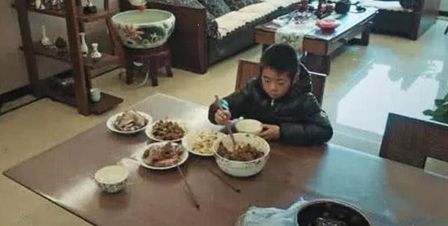"""《变形计》最""""虚伪""""富豪妈,顿顿给农村男孩吃剩饭,网友: 心狠"""