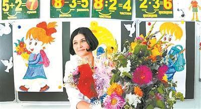 俄罗斯反腐法案拟将反腐标准适用范围扩展至医生、教师等职业。图为一名教师接受学生的鲜花。