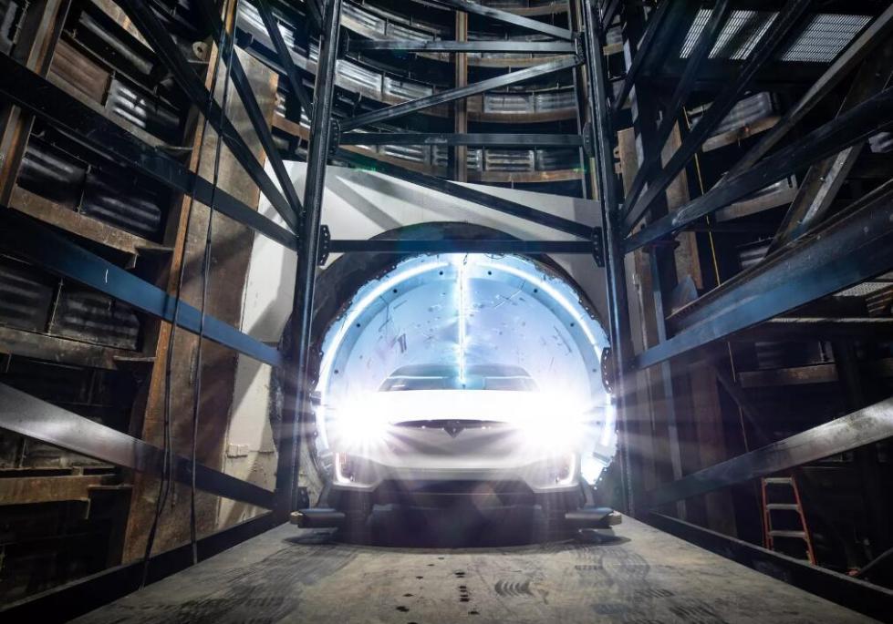 记者体验马斯克测试隧道 赞其堪比迪士尼乐园