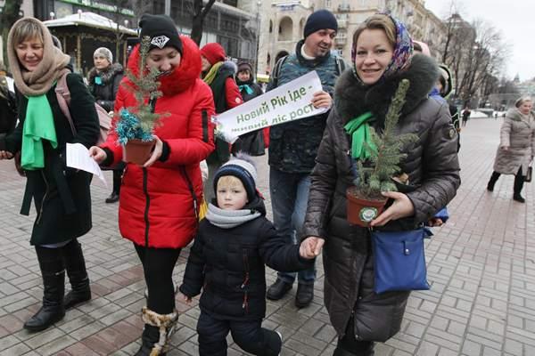 """乌克兰:过""""绿色""""新年!市民举行生态圣诞老人游行"""