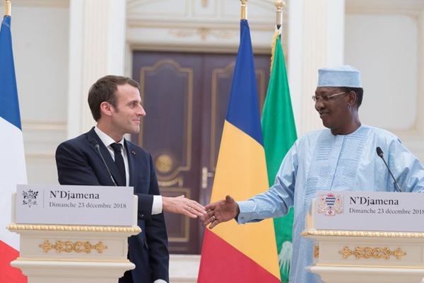 法国总统马克龙出访乍得 与总统代比亲切交谈