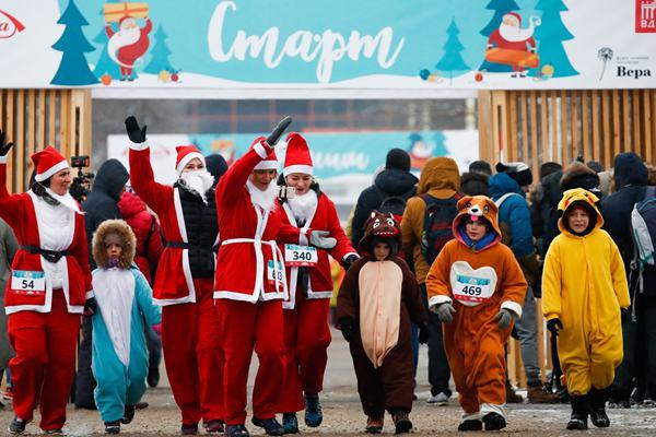 """俄罗斯数名""""圣诞老人""""长跑助力临终关怀慈善活动"""