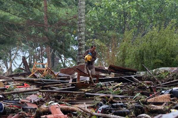 印尼海啸灾后满目疮痍 居民在遍地废墟中搜寻物品