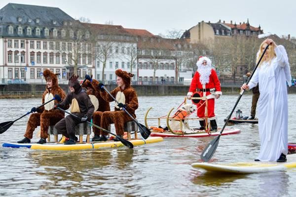 """德国圣诞老人走水路!前有""""驯鹿""""开道旁有""""天使""""作伴"""